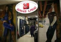 оформление витрин магазина джинсовой одежды